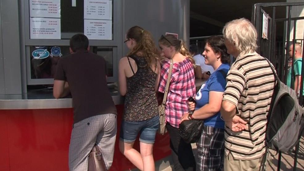 Fanoušci čekají na volné vstupenky