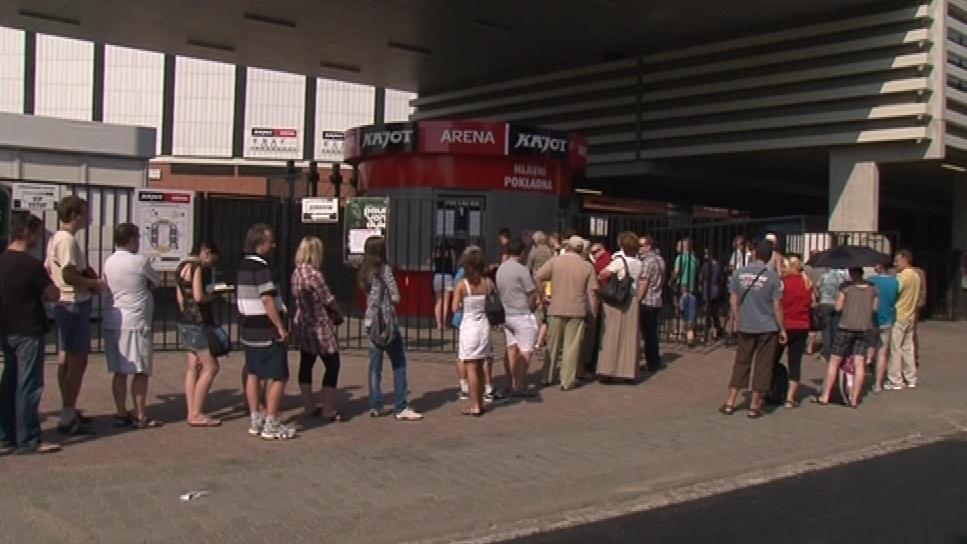 Fanoušci čekají na vstupenky