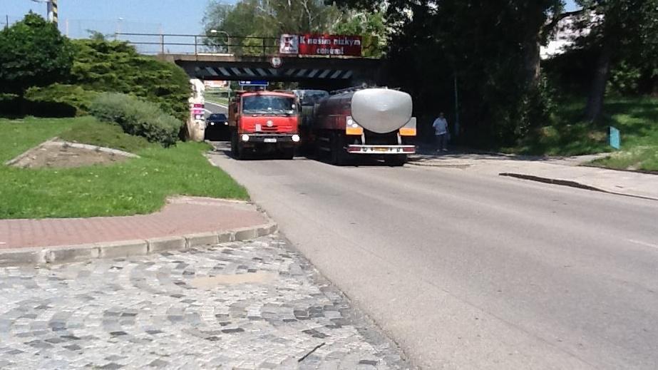 Kamiony pod mostem jen těsně projedou
