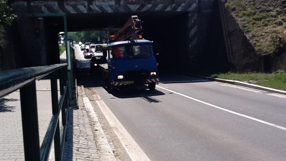Most ve Veselí je pastí pro větší auta