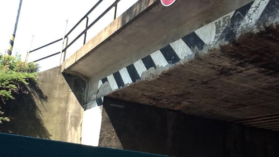 Na mostě zůstávají stopy po kamionech