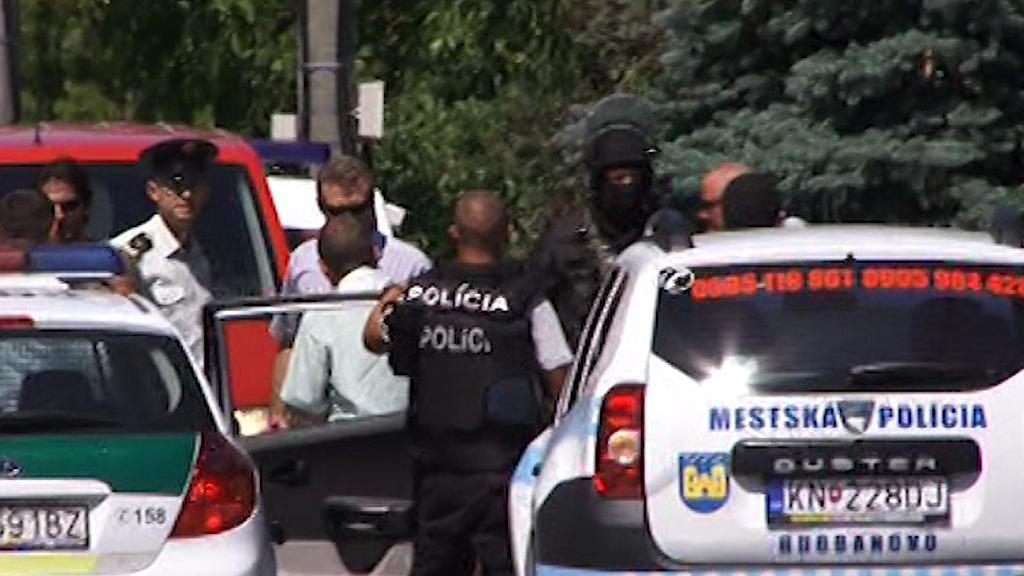 Policisté při zásahu v Hurbanovu