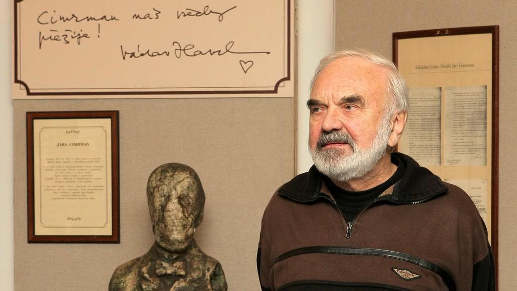 Zdeněk Svěrák vedle busty Járy Cimrmana