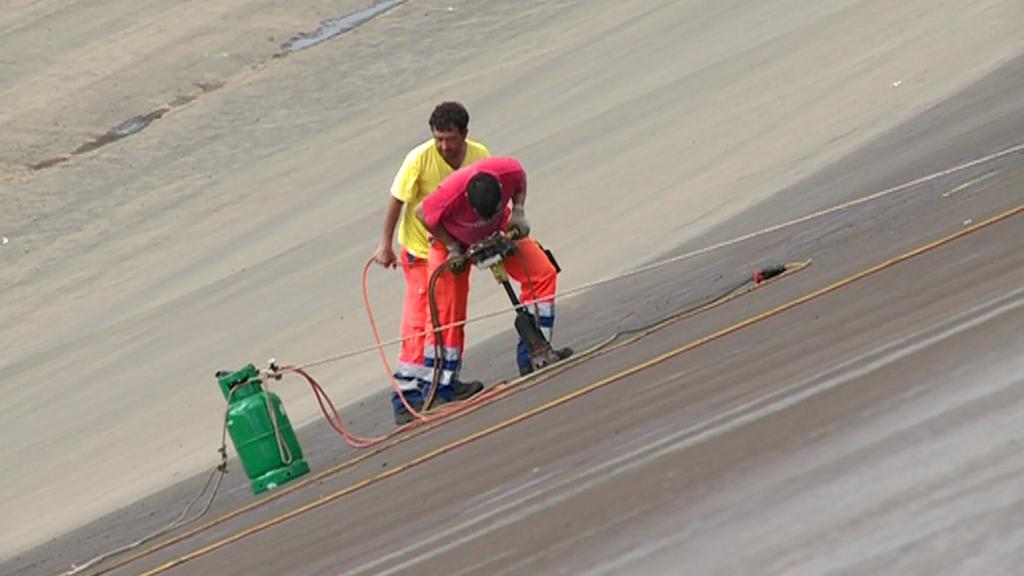 Dělníci při opravě Dlouhých Strání