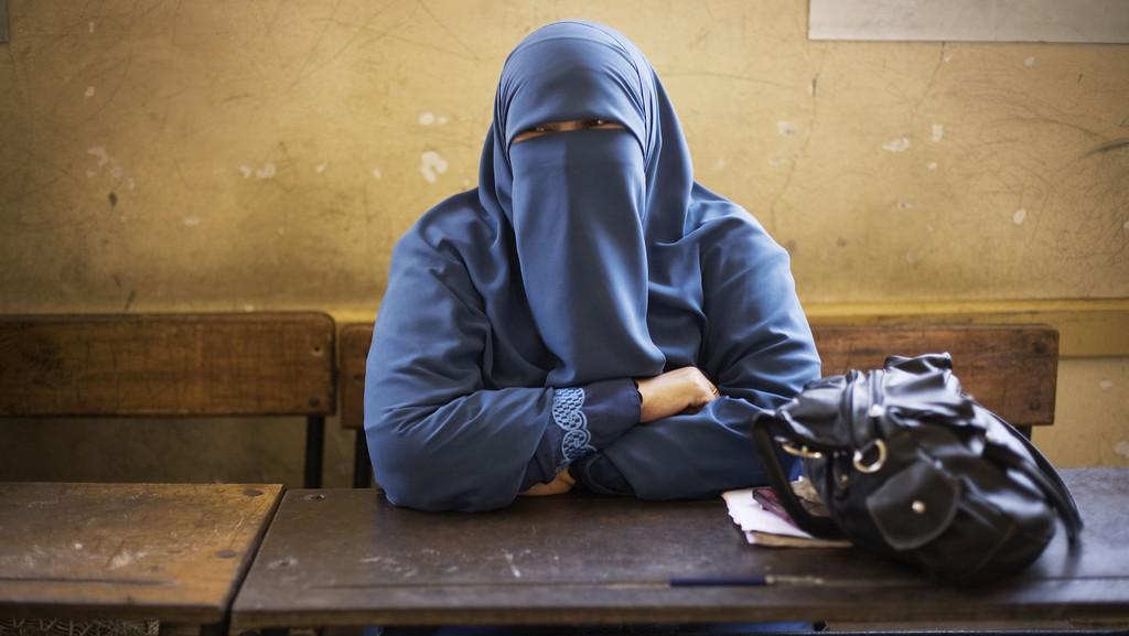 Egyptská pracovnice ve volební místnosti