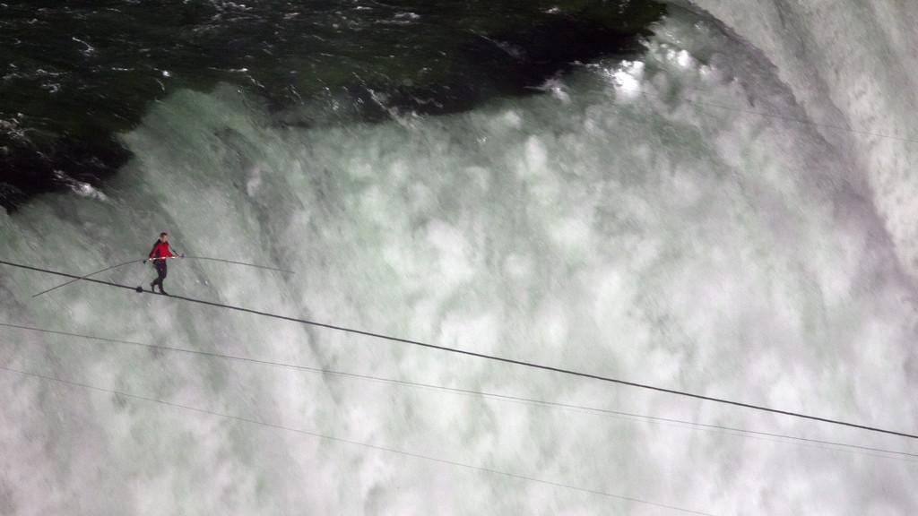 Kaskadér Nik Wallenda přechází Niagarské vodopády