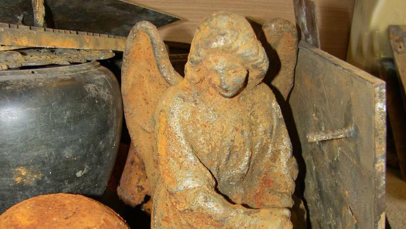 Ve studni byla schovaná i soška anděla