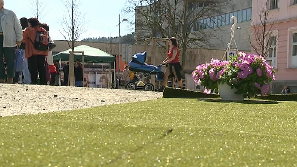 Odpoledne ozdobil náměstí umělý trávník