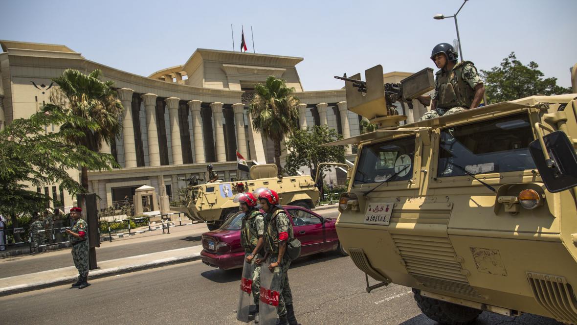 Egyptská vojenská policie před nejvyšším soudem