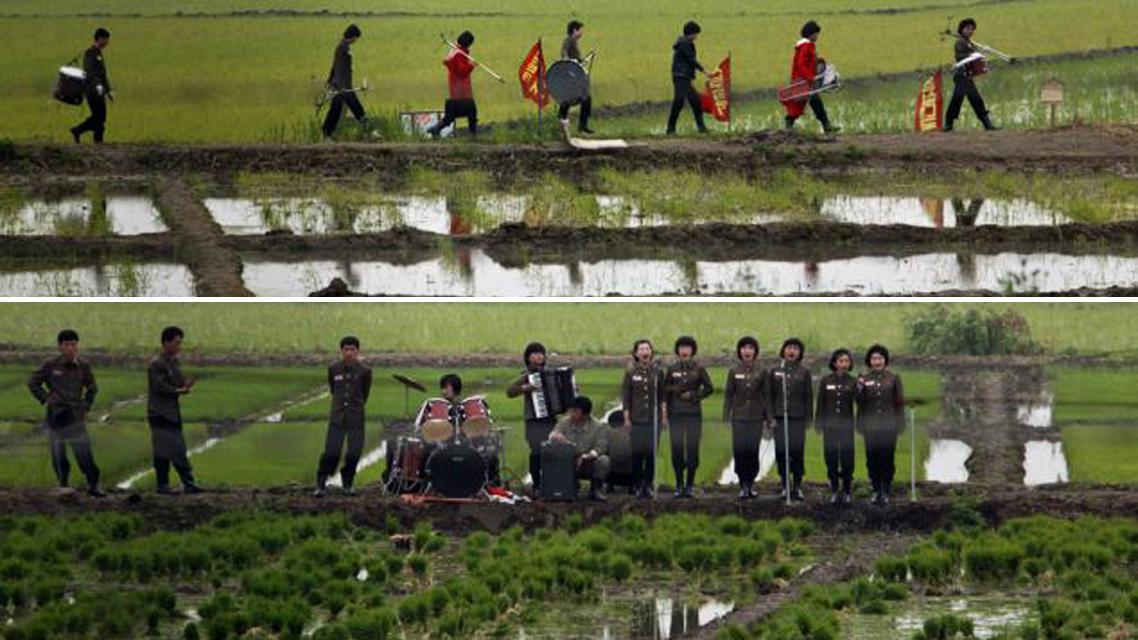 Severokorejská vojenská hudba vyhrává rýžovým polím