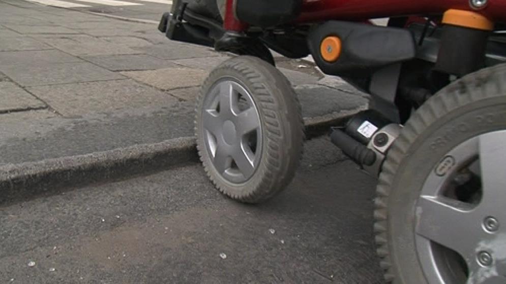 Vozíčkářům chybí nájezdy na chodníky