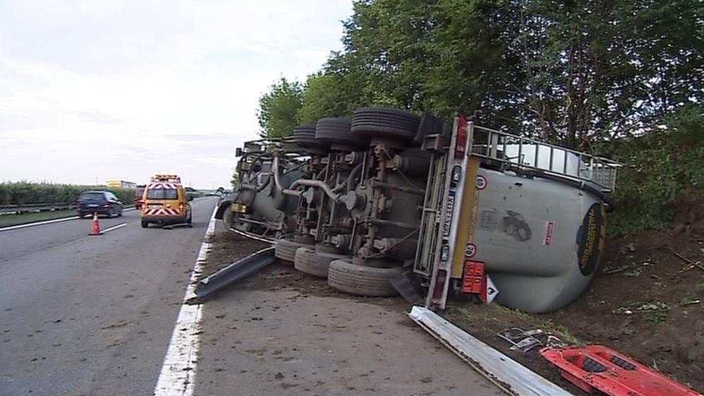Při nehodě došlo k proražení nádrže, nafta vytekla do příkopu