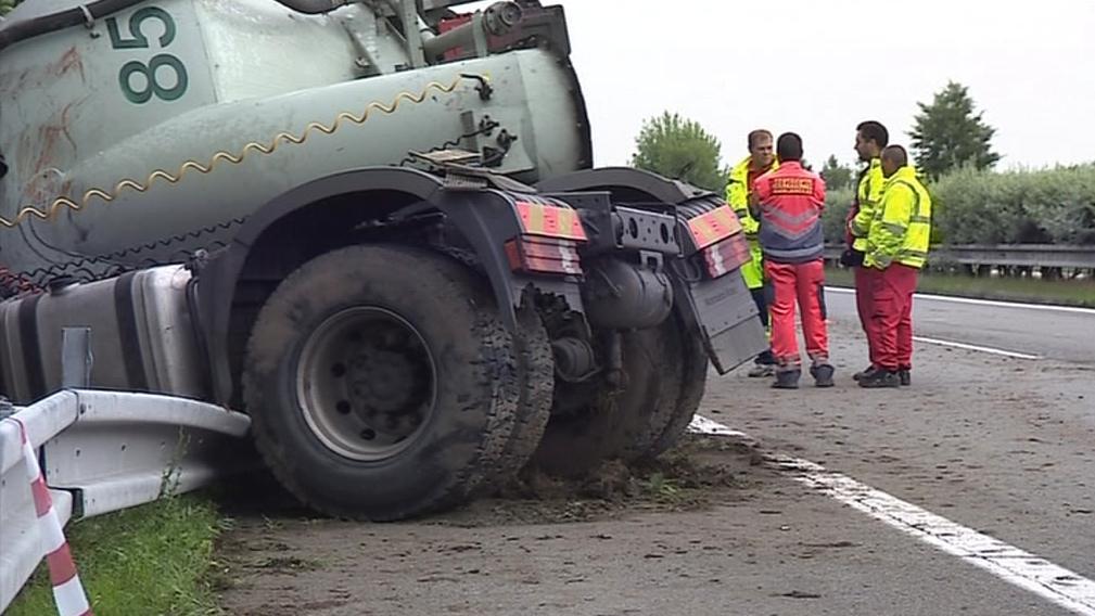 Nehoda kamionu na dálnici D2