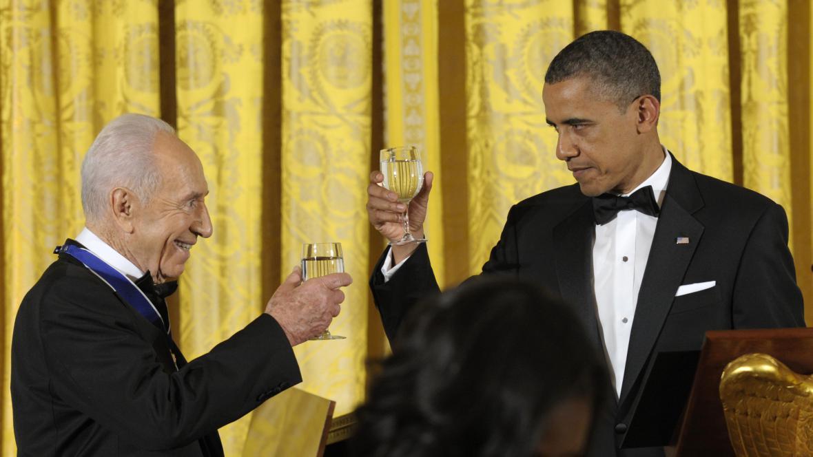Barack Obama a Šimon Peres při přípitku