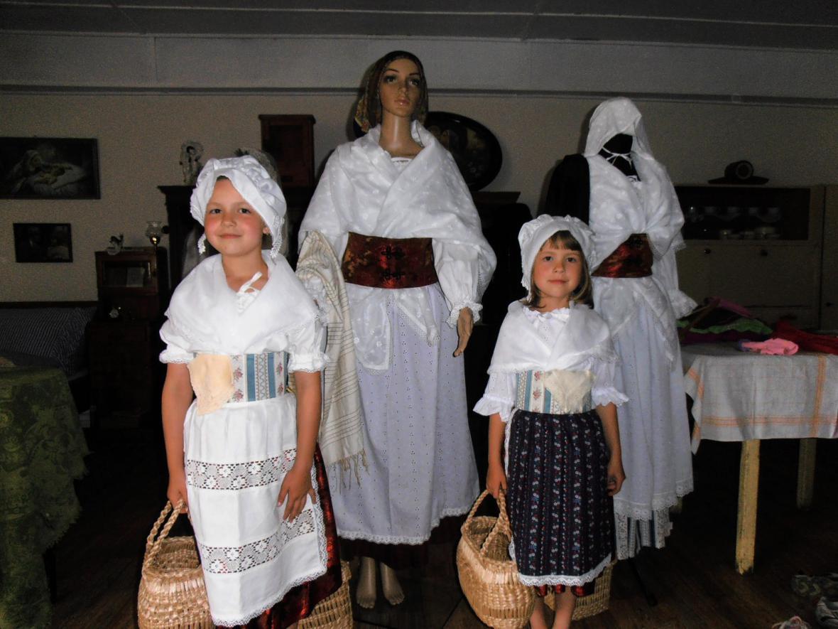 Kroje v minimuzeu Vesnická světnice v Košticích