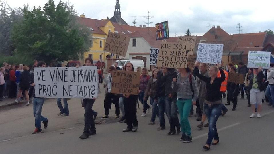 Na demonstraci se sešla asi stovka studentů a učitelů