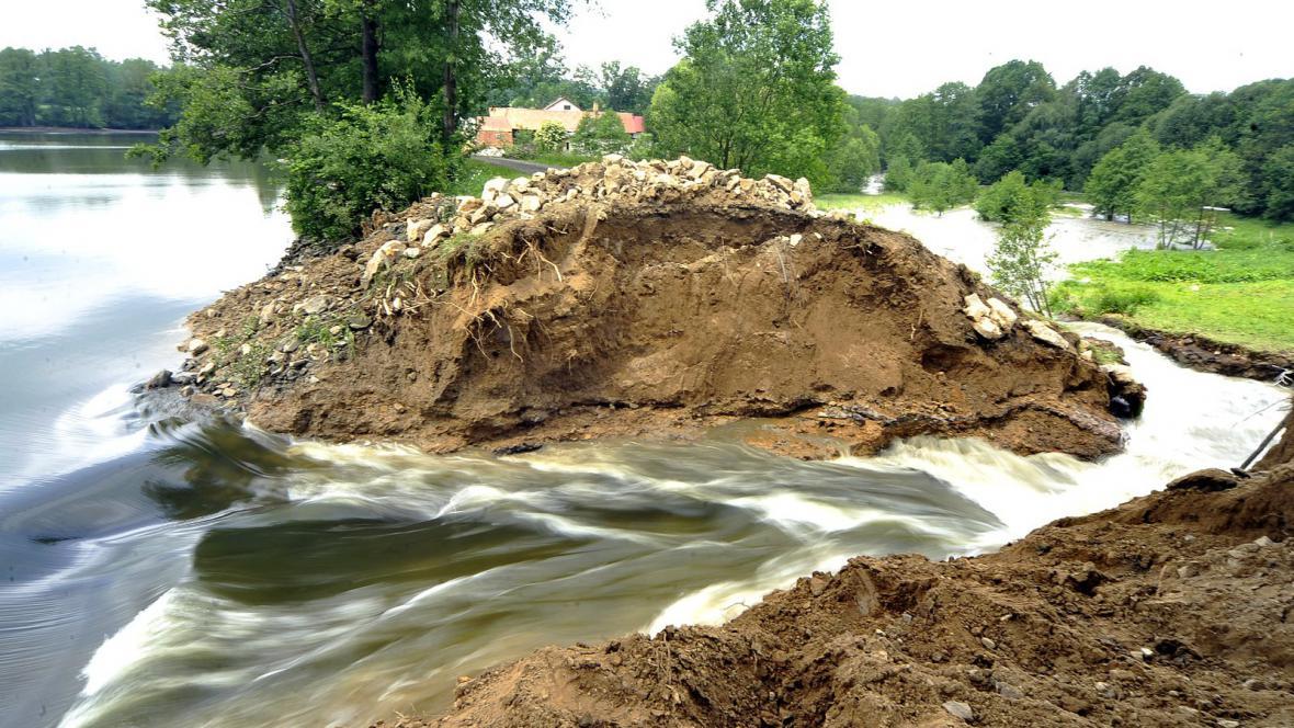 Poškozená hráz rybníka u Kletečné
