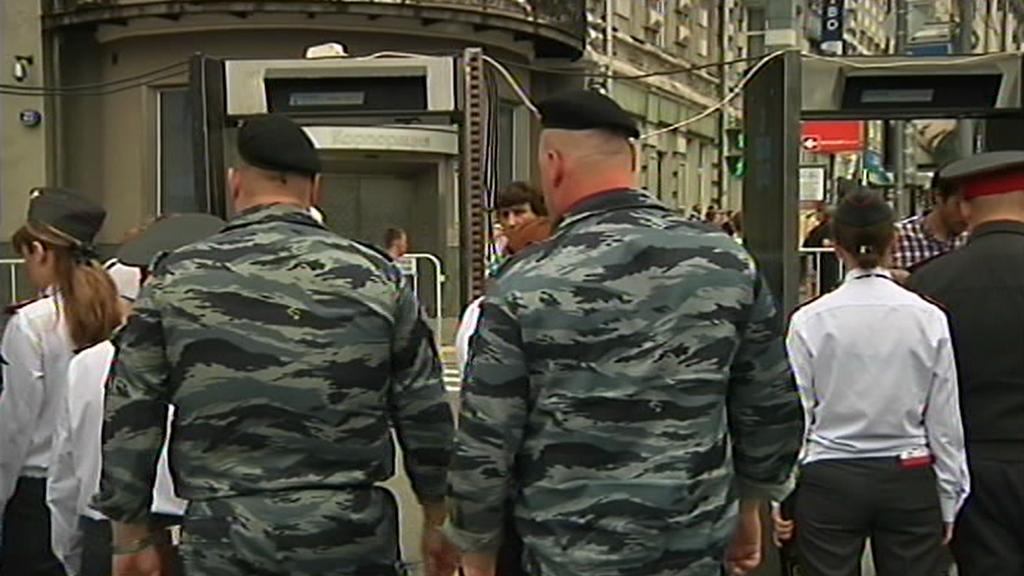 Účastníci pochodu musí projít bezpečnostním rámem