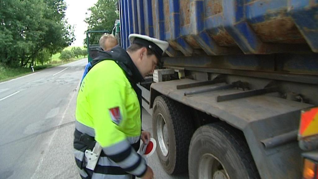 Policista při kontrole kamionu