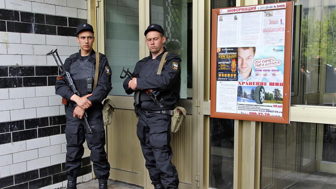 Ruští policisté před domem Alexeje Navalného