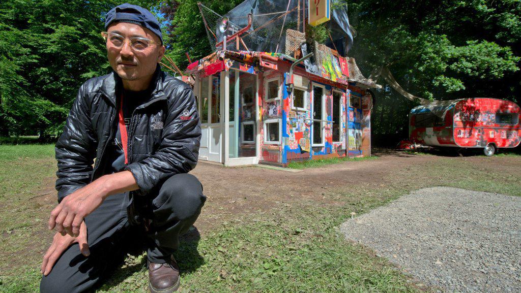 Shinro Ohtake před svým dílem