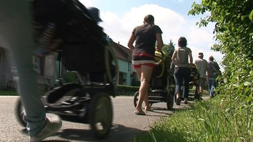 Do centra Bohuslavic vede jen silnice bez chodníku