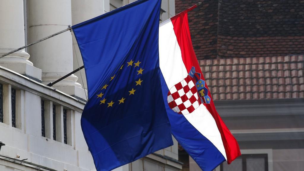 Státní vlajka Chorvatska s vlajkou EU na budově parlamentu v Záhřebu