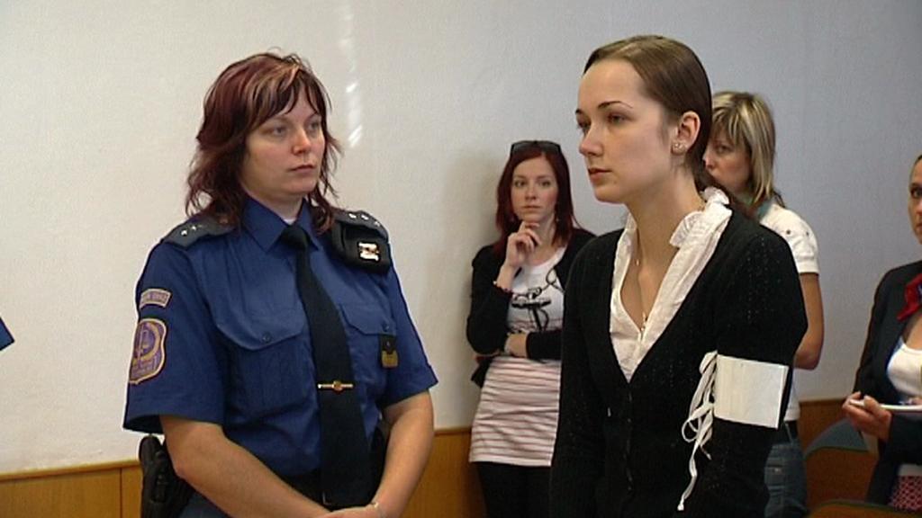 Obviněná matka u soudu