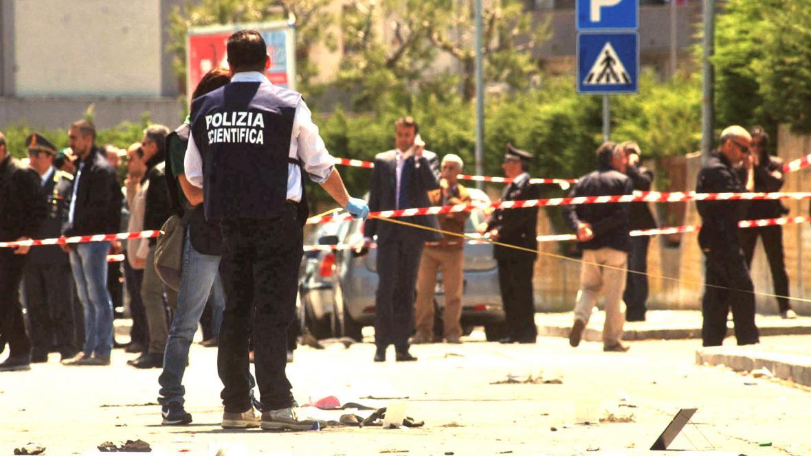 Výbuch před italskou školou