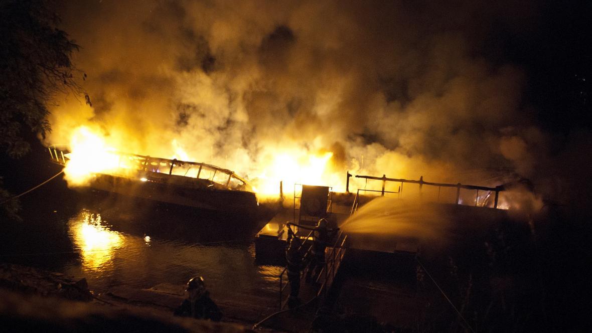 Noční záběry hořící lodi Dyje