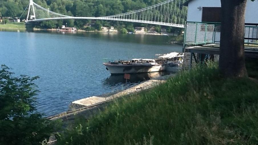 Loď Dyje na Vranovské přehradě shořela