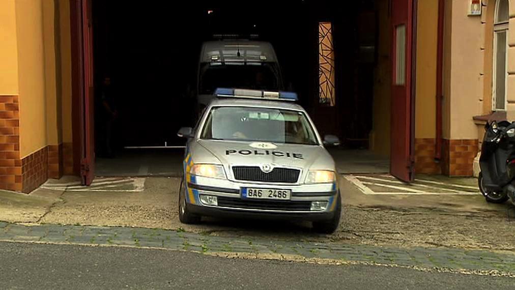 Eskorta s Rathem opouští litoměřickou věznici
