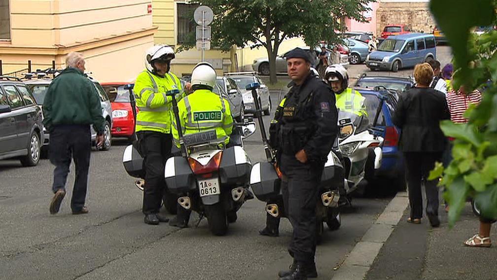Policejní doprovod před litoměřickou věznicí