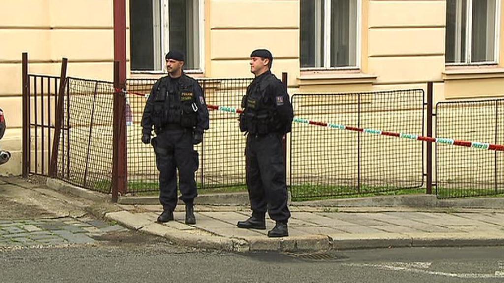 Policisté před litoměřickou věznicí