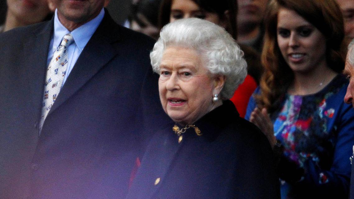 Alžběta II. sleduje koncert před Buckinghamským palácem