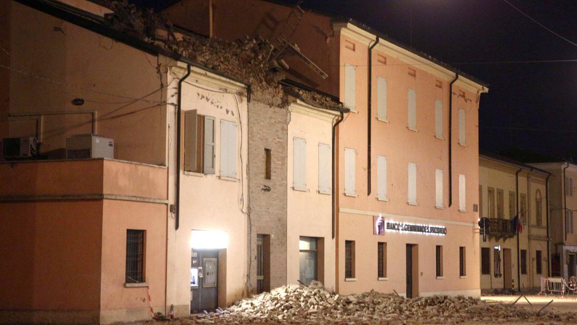 Ve městě Novi di Modena se zřítila věž s hodinami