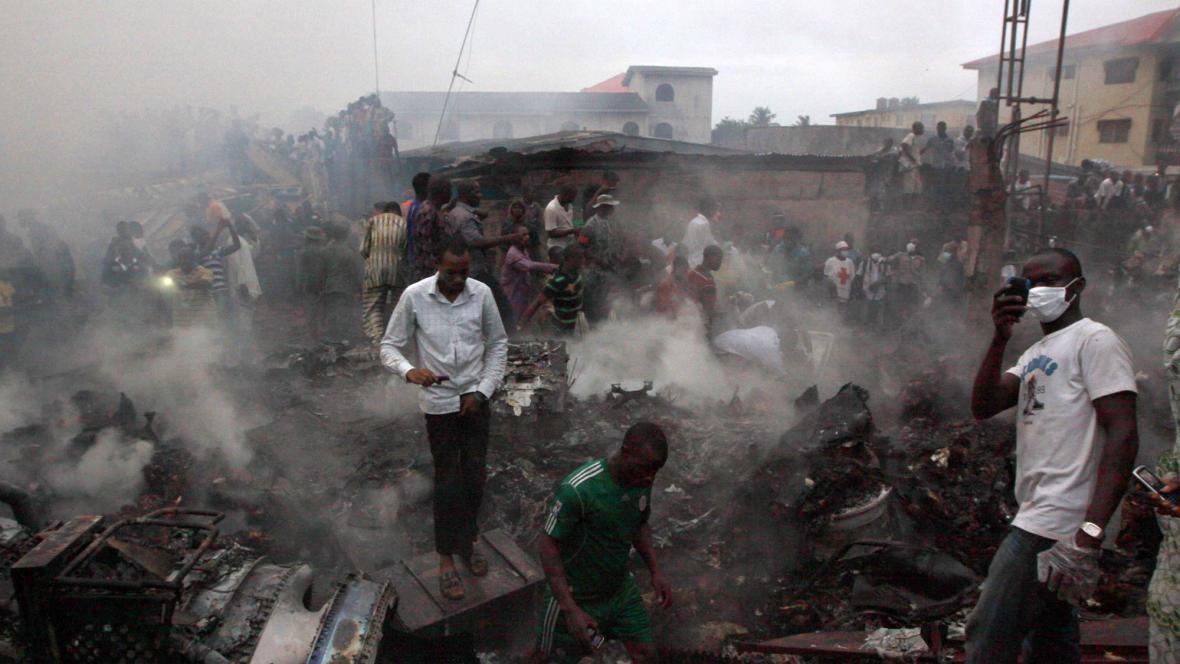 Záchranné práce po nehodě letadla v Lagosu