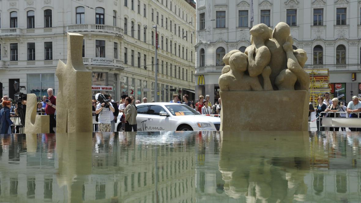 Socha Nejistota bytí - pískovcové sochy na brněnském náměstí Svobody