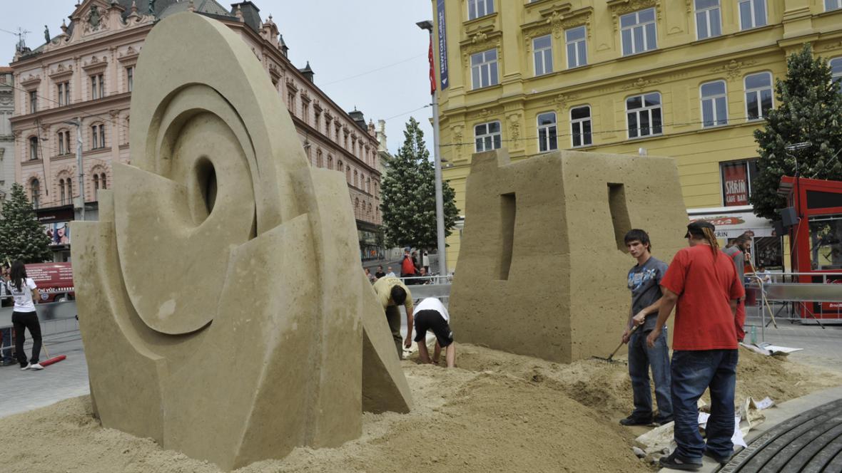 Socha Tanečnice - pískovcové sochy na brněnském náměstí Svobody