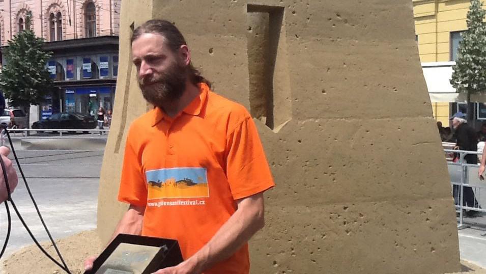 Vítězný sochař Martin Pokorný před svým dílem