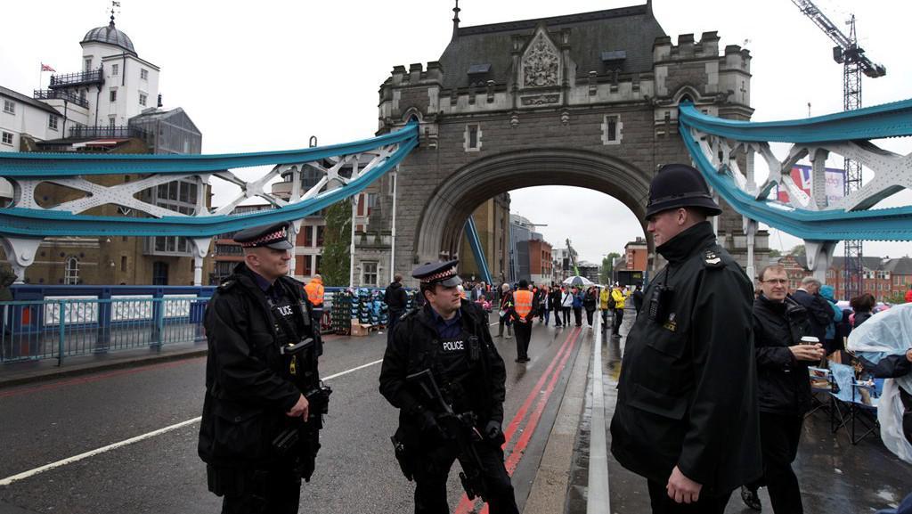 Policie střeží bezpečí na mostě Tower Bridge