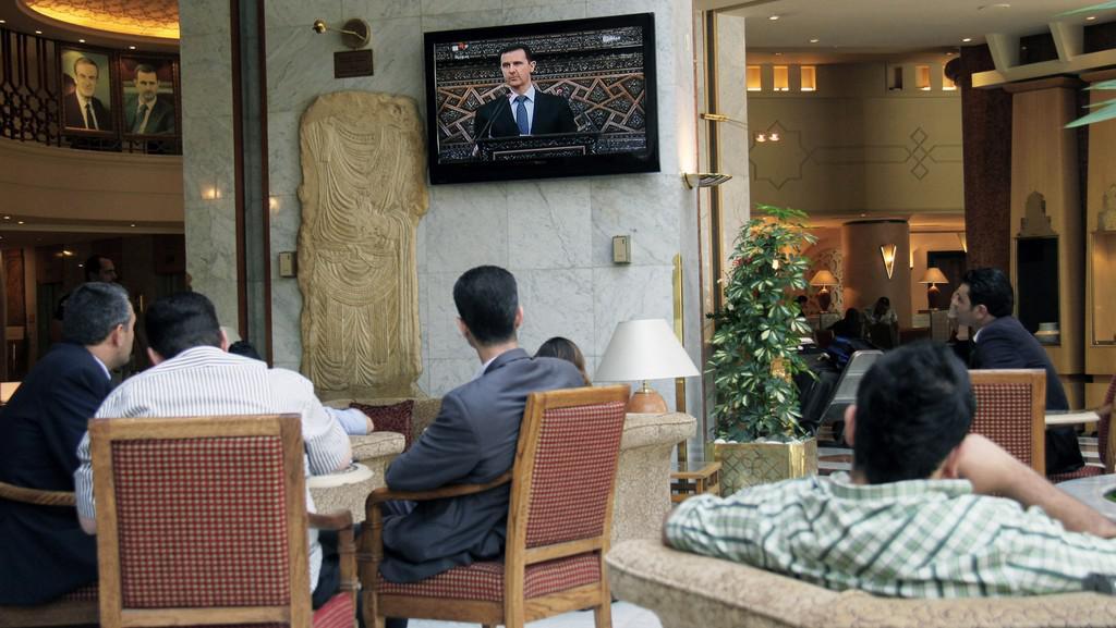 Lidé sledují projev prezidenta Asada