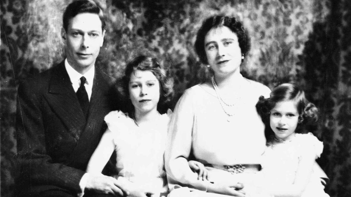 Alžběta II. (uprostřed) s rodiči a sestrou Margaret