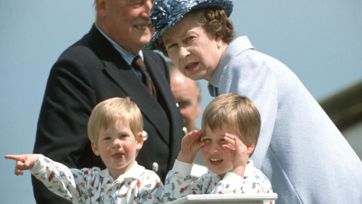 Alžběta II. s vnuky Williamem a Harrym