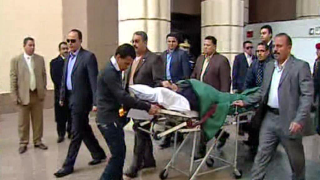 Husní Mubarak na cestě k soudu