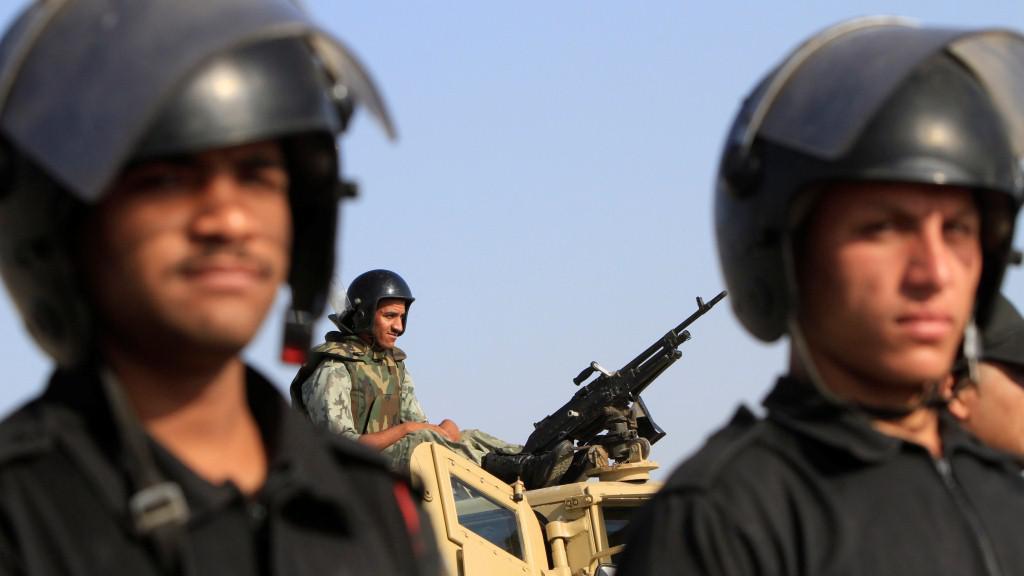 Na ulice Káhiry dohlížejí tisíce vojáků