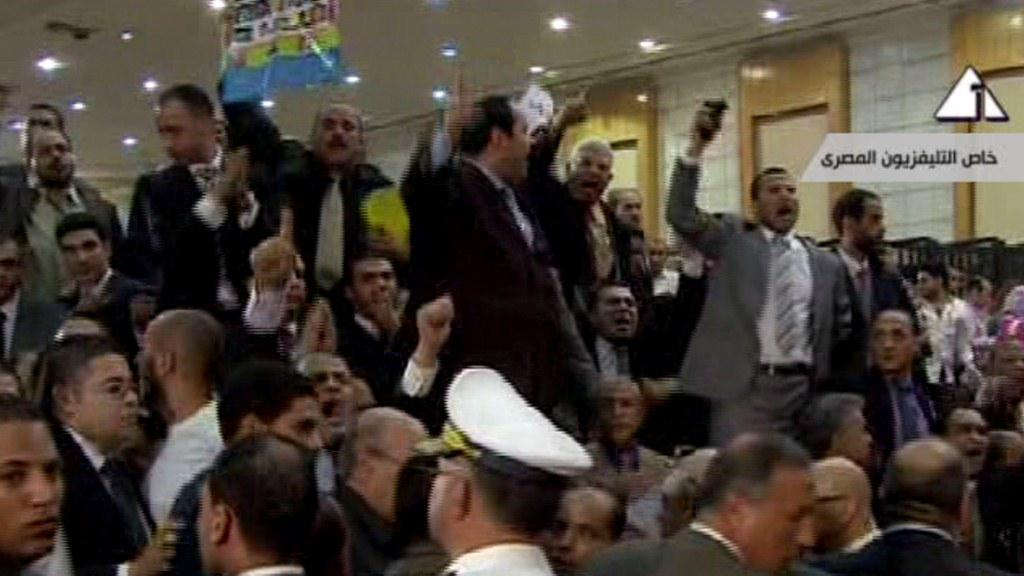 Nepokoje v soudní síni po vynesení rozsudku (záběr Egyptské státní televize)