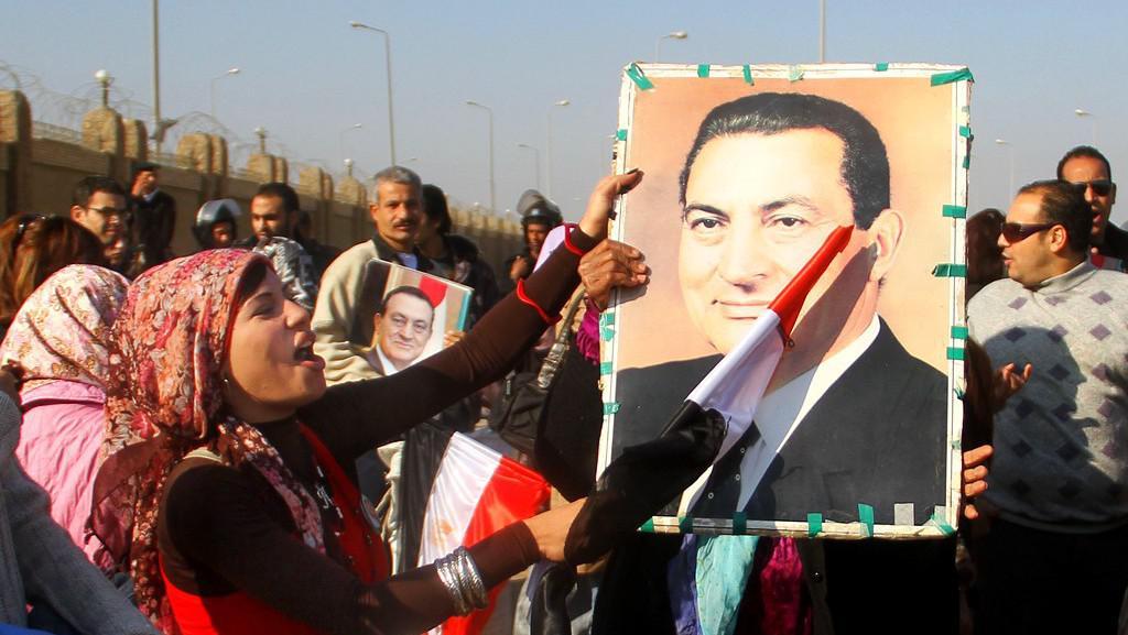 Stoupenci exprezidenta Mubaraka před soudní budovou