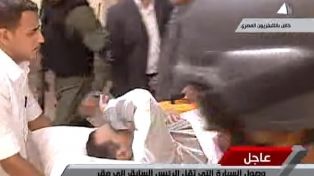 Husního Mubaraka přivezli k soudu na nosítkách