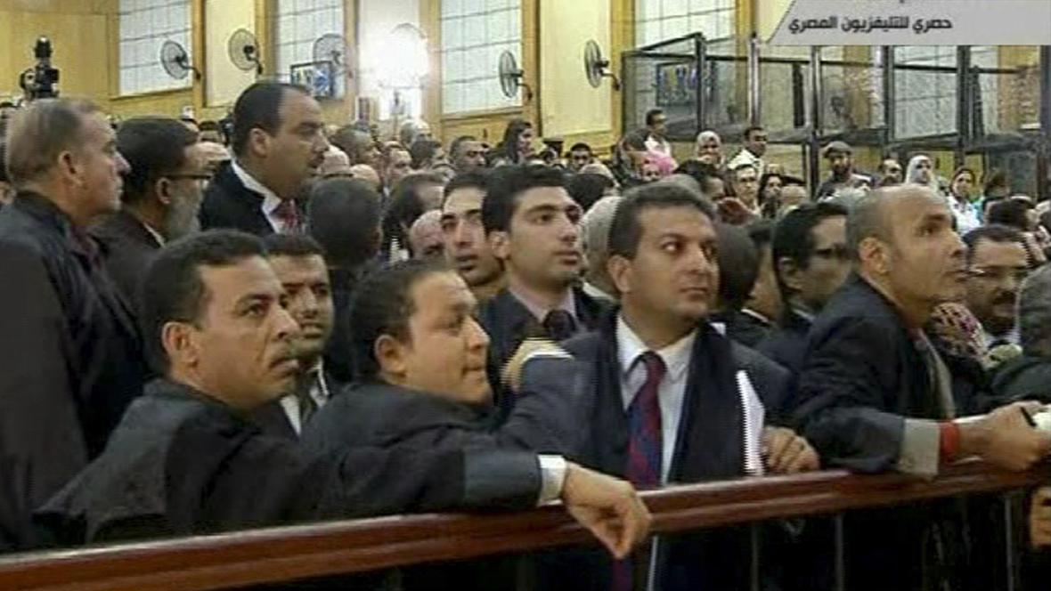 Egypťané sledují soudní líčení s Mubarakem a jeho syny